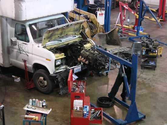 294_Ford_E350_truck_cubevan_V8_engine_removal10