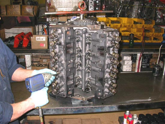 122_assembling_V8_remanufactured_engine_valvetrain